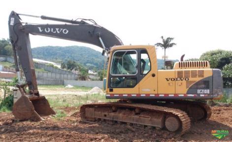 Escavadeira Volvo EC210B ano 2012 com 8000 horas